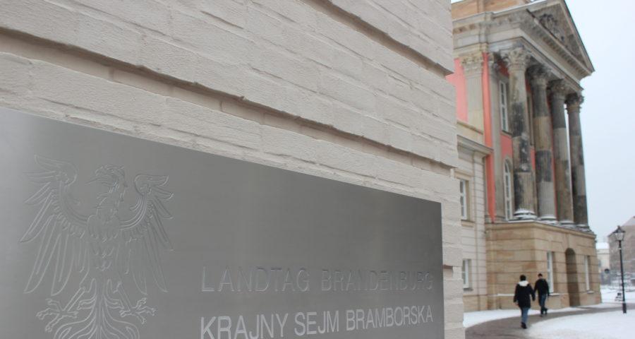 Zweisprachiges Türschild am Brandenburger Landtag