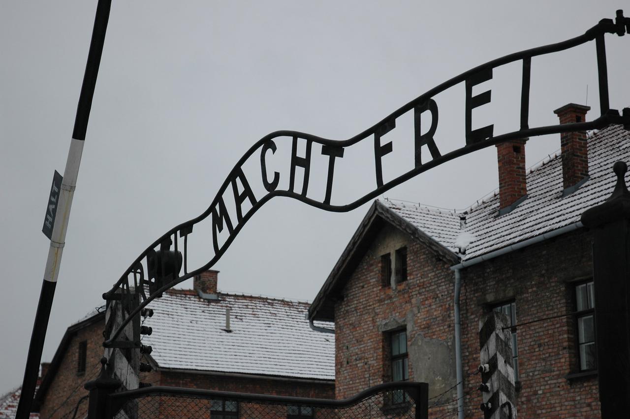 """Eingangstor zum Stammlager des KZ Ausschwitz I (""""Arbeit macht frei"""")"""